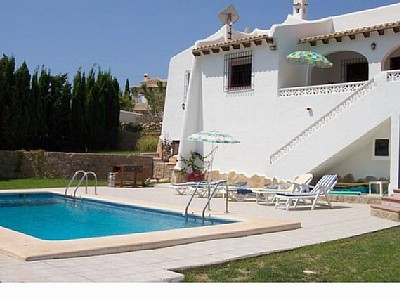 2476.villa_rear_pool.jpg
