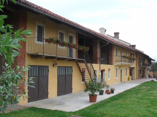 It is a typical piedmontese farmhouse stemming from the beginning of