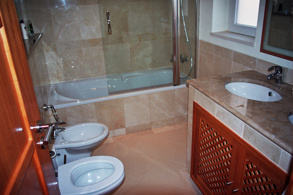 2932.bathroom.jpg