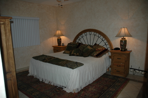 484.master_bedroom___with_king_sz._bed_005.jpg